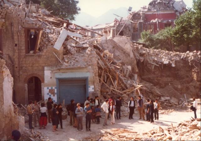 Maggio 1981: Il maestro Abbado e la sua orchestra nelle zone del terremoto in città.
