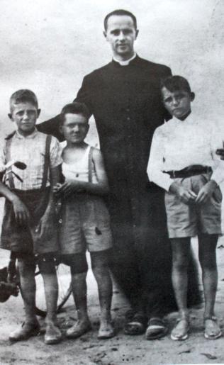 Con i ragazi a calenzano, 1950.png