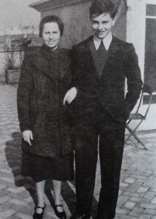Giovinetto con la mdre, 1940.png